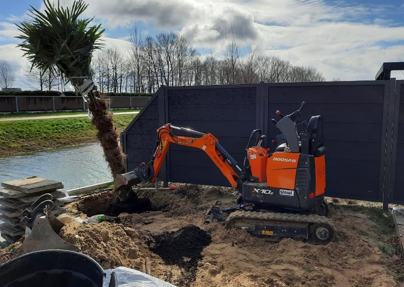 tuin aanleggen boom plaatsen graafmachine